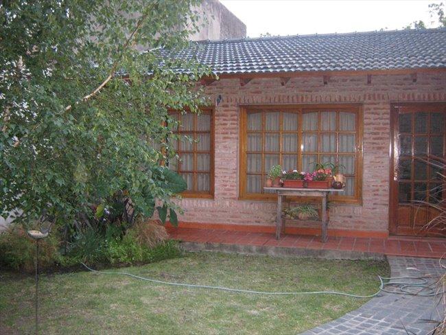 Habitacion en alquiler en Morón - Ofrecemos habitación casa familiar | CompartoDepto - Image 1