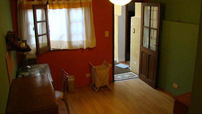 Habitaciones en alquiler - Capital Federal - Hermosa y gran habitacion naranja en plaza almagro | CompartoDepto - Image 1