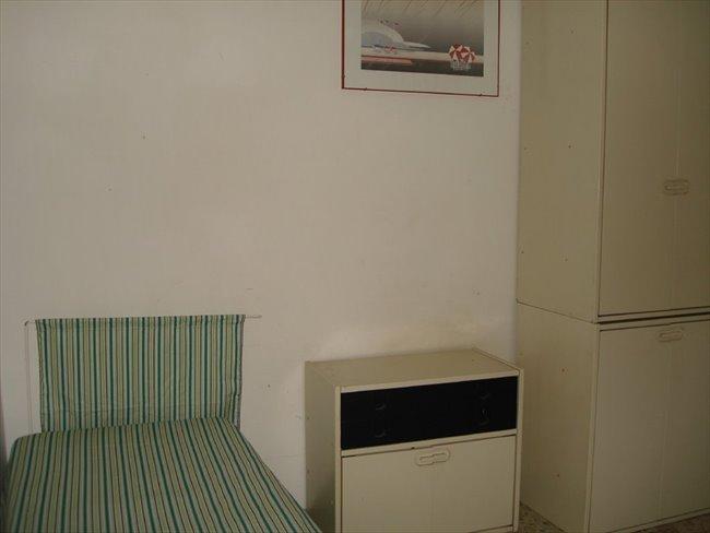 Stanze e posti letto in affitto valenzano ampie stanze for Stanze arredate