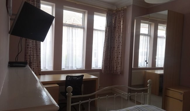Room to rent in Rugby - Superb large room close to the town centre - Image 2