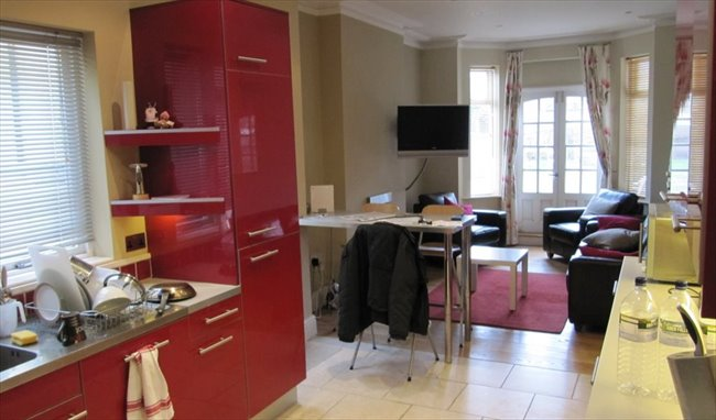 Room to rent in Rugby - Superb large room close to the town centre - Image 5