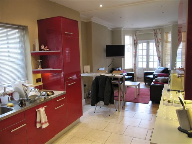 Room to rent in Rugby - Superb ensuite double  room (single occupancy) central Rugby - Image 1