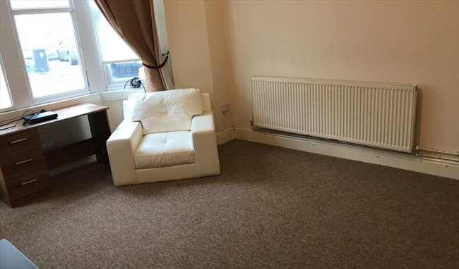 Room to rent in Fishponds - LARGE DOUBLE BEDROOM IN DOWNEND IN GREAT LOCATION - Image 5