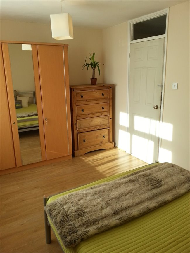 Room to rent in Cubitt Town - A double room with a private balcony in Canary Wharf/South Quay, E14 (ZONE2) - Image 8