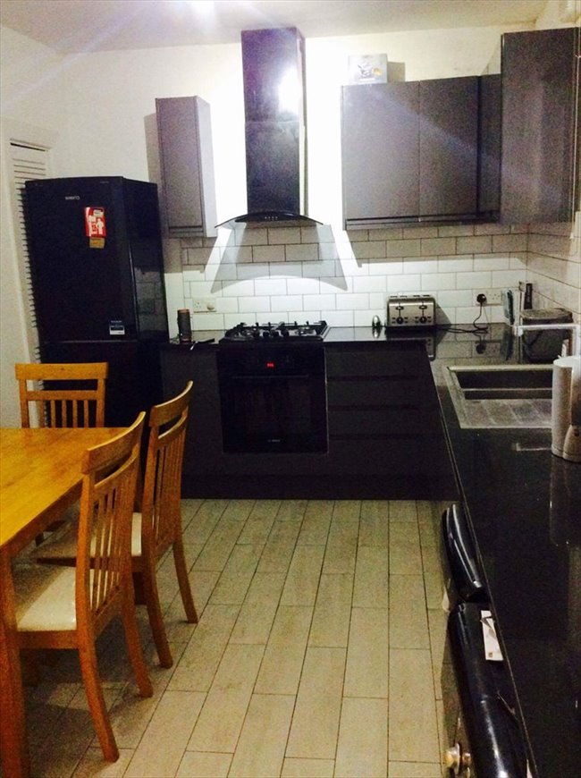 Room to rent in Poplar - Newly refurbished flat near Canary Wharf  - Image 5