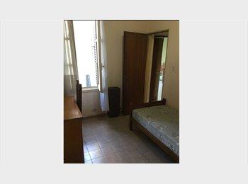 Habitación amueblada disponible por dos meses.
