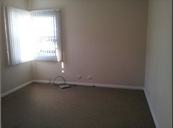 EasyRoommate AU - New Lambton sunny king size room $250 pw inc bills - New Lambton, Newcastle - $250 pw