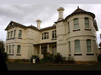 near UTAS, Sandy Bay and Hobart CBD - large family home