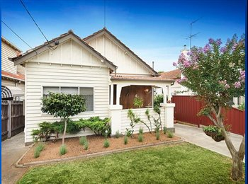 Close to Essendon Station! Large room available