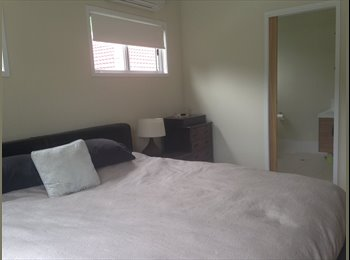 EasyRoommate AU - Huge king size master bedroom room in Brisbane Inner east - Holland Park West, Brisbane - $255 pw