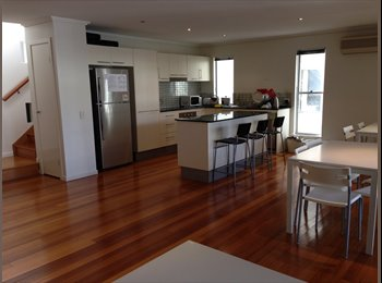 EasyRoommate AU - shared room for female at st lucia - St Lucia, Brisbane - $130 pw