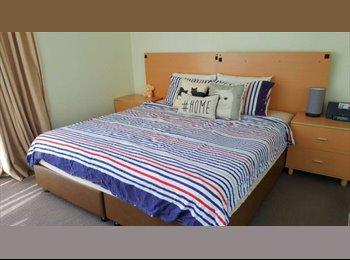 EasyRoommate AU - COUPLE ? MASTER BEDROOM - KING SIZED BED, Brisbane - $350 pw