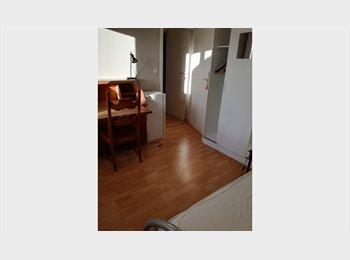 Chambre individuelle meublée avec balcon