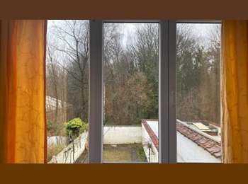 Room for a GIRL-WOMAN / Chambre pour FILLE-FEMME