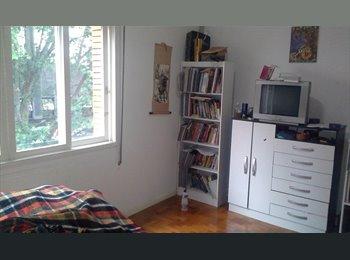 EasyQuarto BR - Quarto espaçoso e iluminado - Centro, Porto Alegre - R$ 650 Por mês