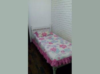 Alugo quarto para moças no Alto da Rua XV