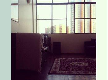 Alugo quarto com armários ótimos em apartamento no Centro