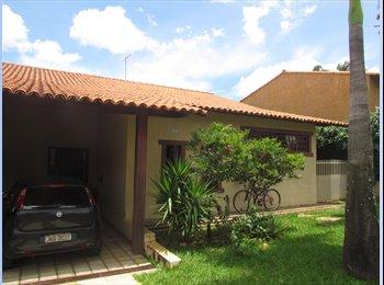 EasyQuarto BR - Quarto com vista pro jardim em linda casa no JB, Brasília - R$ 780 Por mês