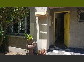 Habitación con baño Metro Católica / Room and Bath