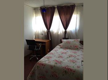 Arriendo dormitorios amoblados en mi Departamento.