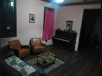 Habitacion semi amoblada a mujer/estudiante, en amplia casa...