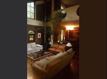 Amplia habitación doble con baño, estacionamiento, jardín