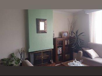 Se arrienda habitación amoblada en apartamento familiar