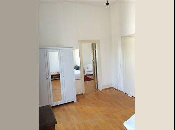 Helle Zimmer im Altbau - total zentral