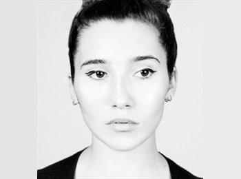 Ella Barnes - 22 - Berufstätig