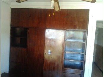 alquilo habitacion amplia con balcon, television