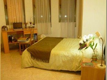 Habitación muy amplia y luminosa, con cama doble y 6...