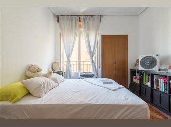 Habitación con baño privado y vestidor