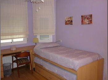 EasyPiso ES - Habitación privada en casa compartida con piscina - Esplugues, Barcelona - 400 € por mes