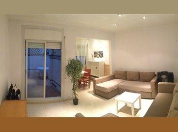 Habitación grande en piso compartido con patio