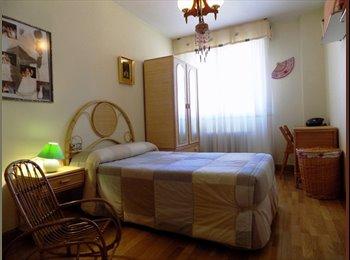 Luminosa y amplia habitación en zona tranquila de Pamplona