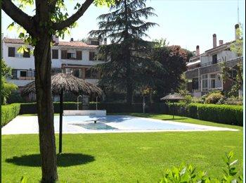 dos habitaciones individuales en chalet con piscina