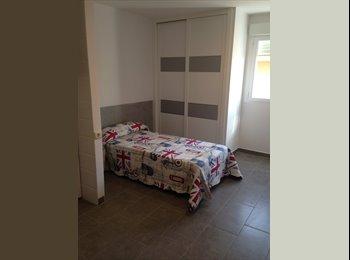 Habitación con cuarto de baño y cocina office.