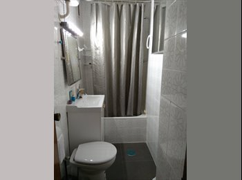 Habitación amplia, luminosa y confortable.