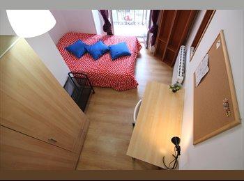 Habitación con balcón, amplia y luminosa