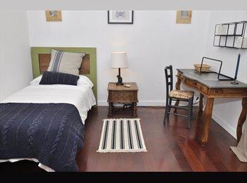 Amplia, luminosa y tranquila habitación en Vila de Gracia.