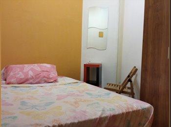 habitacion interior pequeña cama doble