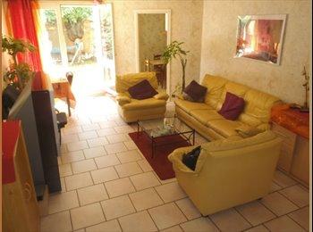 Appartager FR - Chambre meublée dans Duplex avec jardin, Paris - Ile De France - 400 € /Mois