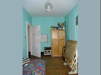belle chambre lumineuse dans appartement d'artiste