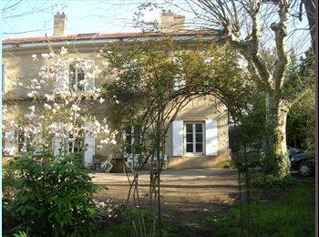 Appartager FR - Grand maison ancienne sympa avec jardin - Saint-Genis-Laval, Lyon - 360 € /Mois