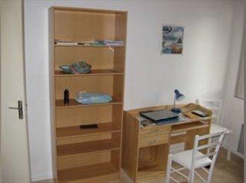 Appartager FR - Chambre meublé charges comprises et Wifi gratuit - Saint-Martin-d'Hères, Grenoble - 360 € /Mois