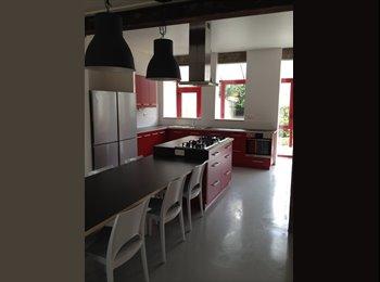 CHOLET   1 chambre meublée disponible dans maison