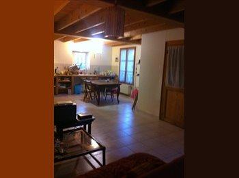 Appartager FR - Petite chambre mansardée dans une maison, Poitiers - 350 € /Mois