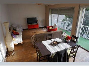 Chambre avec salle d'eau et balcon.