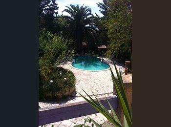 Chambre mansardée 50m2 dans villa marseillaise avec piscine