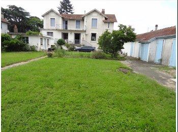 Appartager FR - Chambre à louer dans grande maison avec jardin calme cool télé wifi - Tarbes, Tarbes - 290 € /Mois